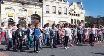 Малишани на часу плеса на Тргу Републике